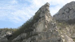 La parete principale della Balza Forata vista dal Sentiero 1