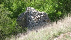 Ruderi di una torre del Castello della Carda