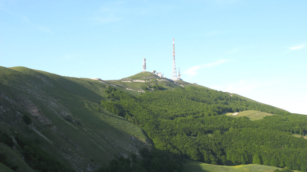 La vetta del Monte Nerone, sormontata dalle antenne RAI